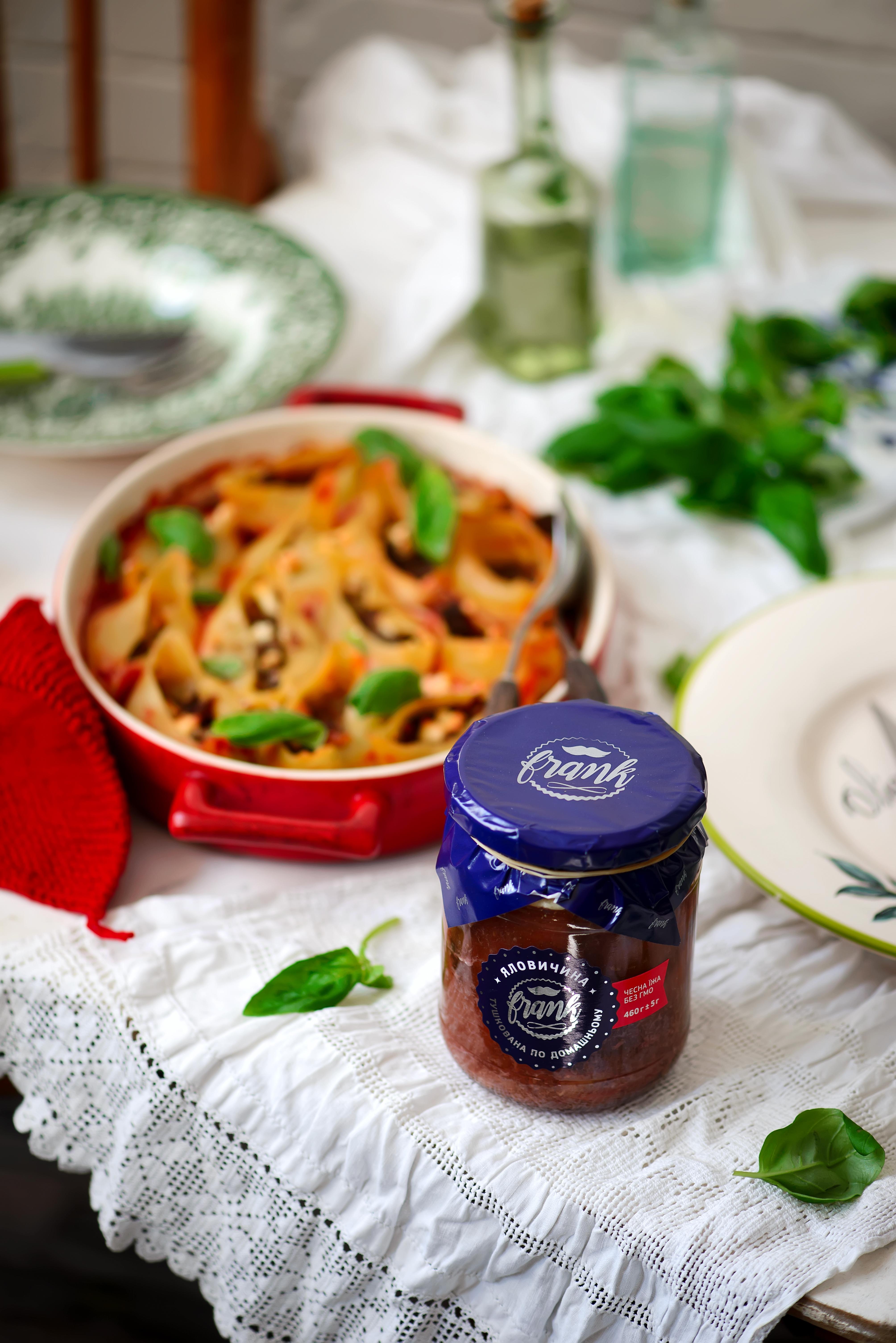 Итальянские конкильони, запеченные с тушенкой и соусом
